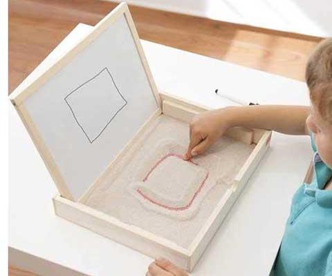 Las bandejas de preescritura en la escuela infantil Montessori